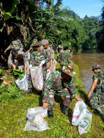 Kodim 0508/Depok Angkat Tiga Truk Sampah di Sungai Ciliwung