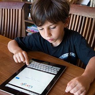 Anak menggunakan mesein pencari Google
