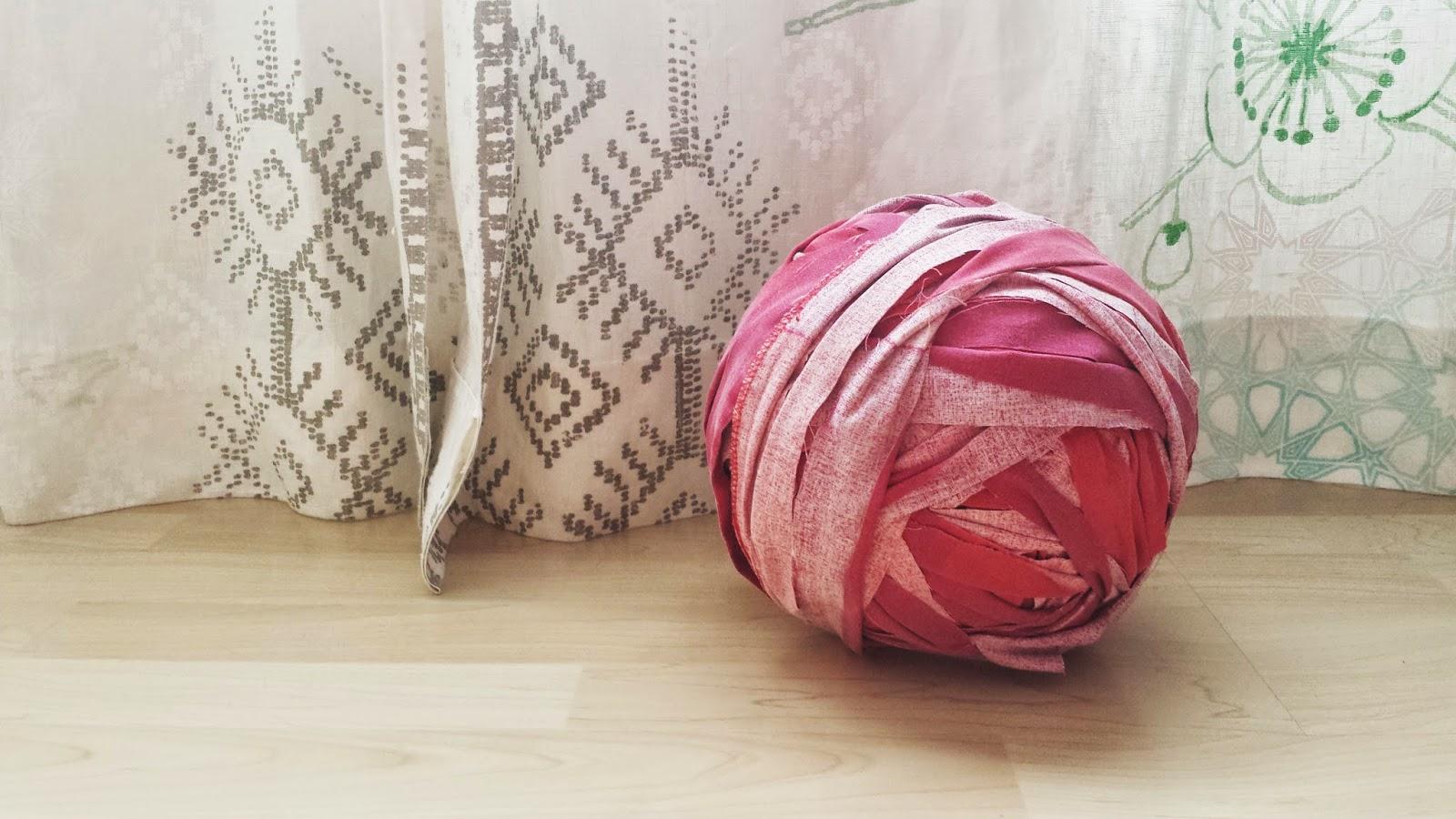 ovillo con tiras de tela
