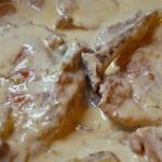 Côtes de veau aux oignons et aux champignons (voir la recette)