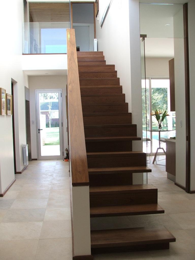 Escaleras subes bajas decoraci n retro for Escaleras con alfombra