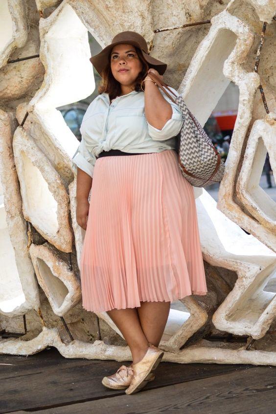 ¿Cómo combinar faldas plisadas siendo gorditas?