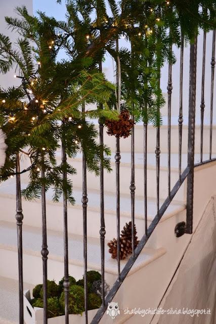 pino decorativo e palline di pigne