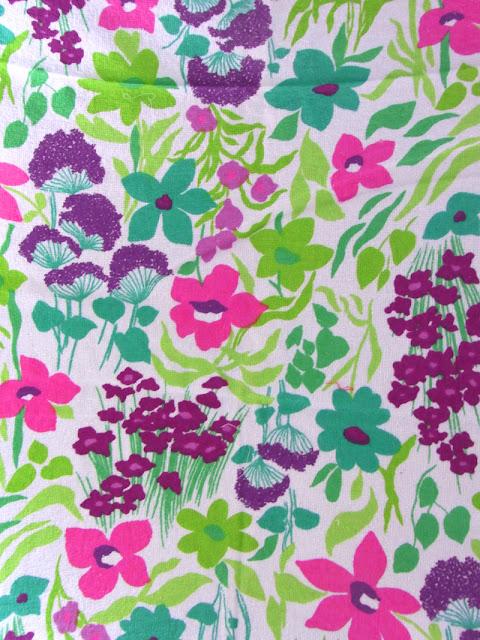 Blumenwiese in pink grün lila auf Vintage Frottee Stoff 60er 70er Jahre Untergrund weiß