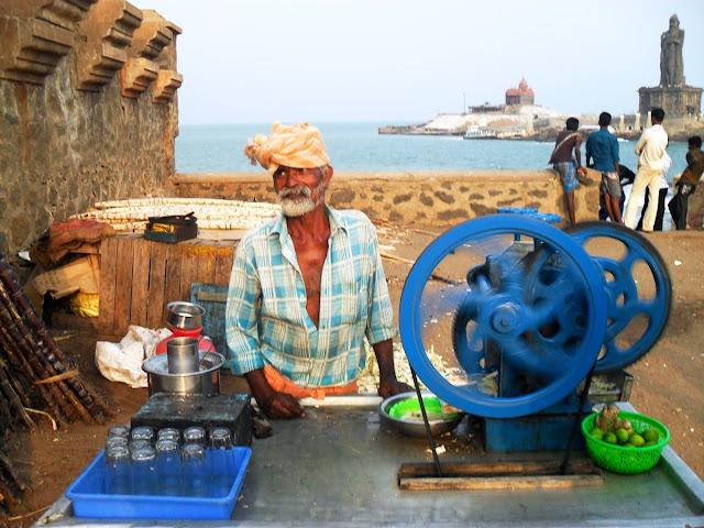 Продавец сока сахарного тростника в Индии