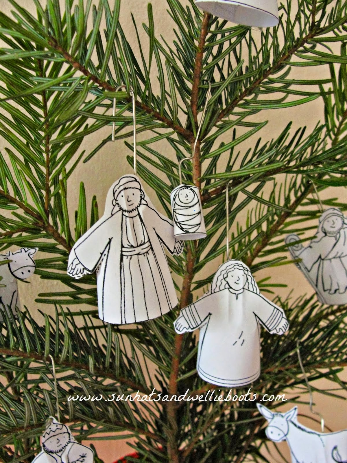 http://www.sunhatsandwellieboots.com/2013/12/make-your-own-nativity-tree.html