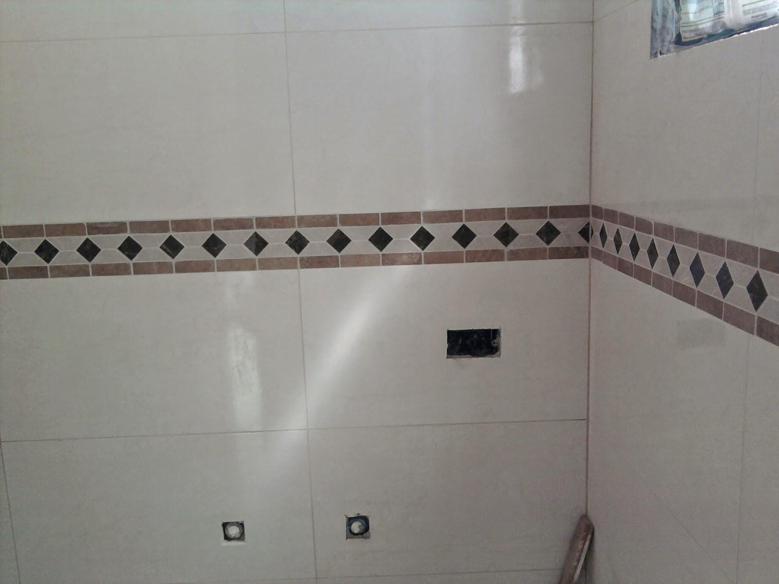Colocação do lindo e resistente laminado e rodapés Durafloor em  #5E4D48 1600x1200 Banheiro Com Azulejo Quadriculado