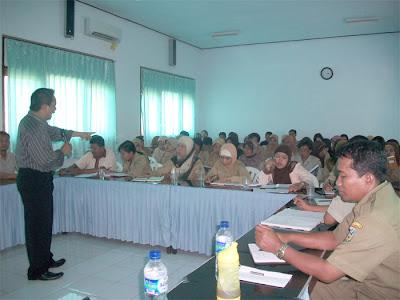 Bapak Komarudin ( UGM ) sebagai Pendamping ISO 9001 2008 sedang memberikan pengarahan