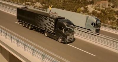 videos-de-camiones-volvo-fh-cruzando-entre-dos-camiones-ballerina-stunt-1