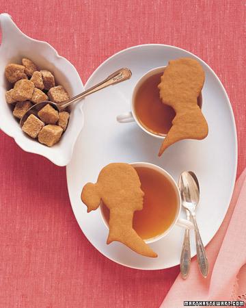 Presentación del té con cookies con formas de novios