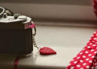 appareil photo avec un porte cle en forme de coeur