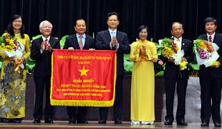 Thủ tướng Nguyễn Tấn Dũng trao tặng Cờ thi đua của Chính phủ cho TP Hồ Chí Minh.