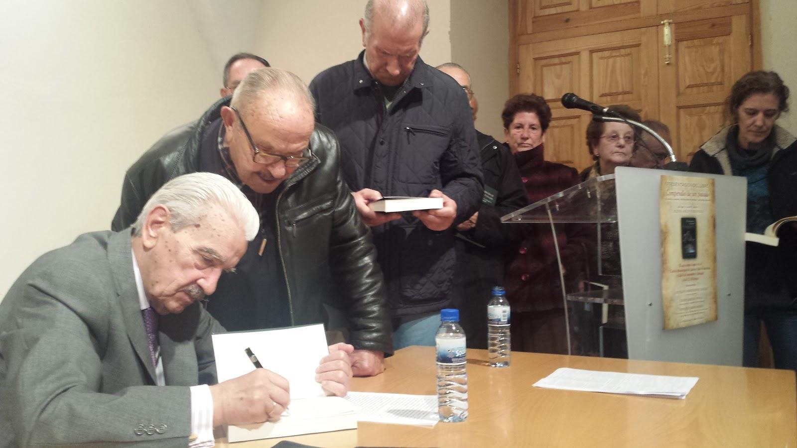 Higinio Mirón firma ejemplares de su libro a algunos de lso asistentes al actod e presentacion