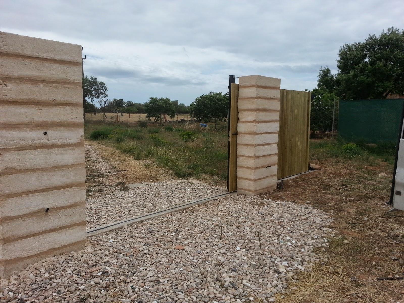 Puertas correderas de hierro revestidas de madera para for Correderas de madera