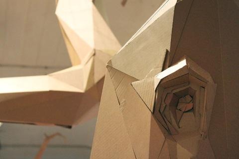 Detalle de casa árbol con cartón reciclado