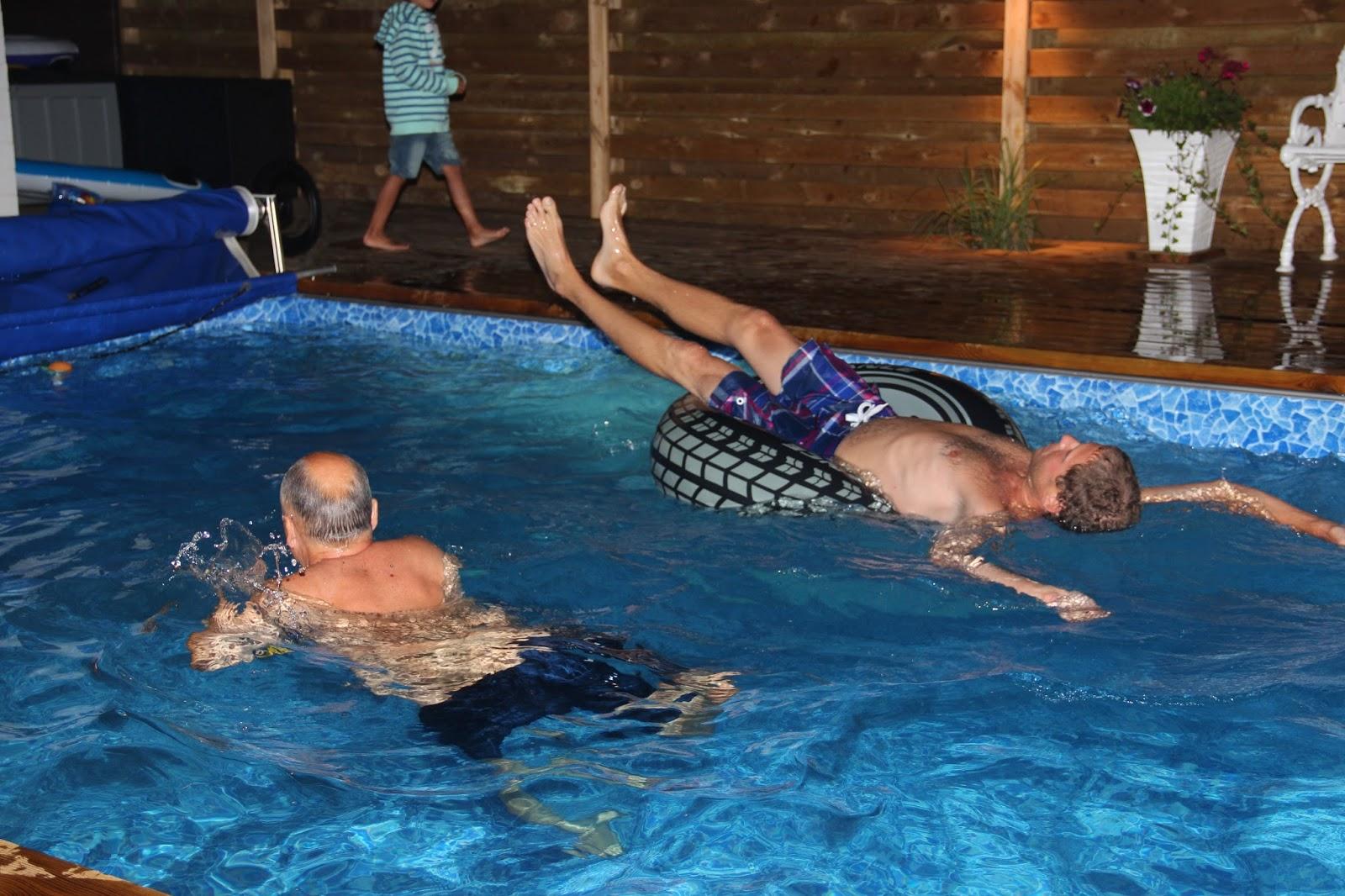 Kostnad för bygga pool med trädäck: 20: Poolparty med volleybollspel
