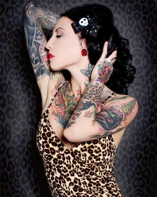 Tatouage de Femme Tatouage Rose Noir et gris sur Épaule ! - tatouage femme rose noire