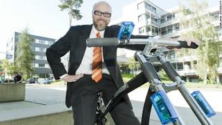 """(CNN) — Holger Hermans no quería cambiar la manera en que las personas andan en bicicleta.Para el científico de la computación, cuya misión en la vida es hacer las cosas más seguras a través de sistemas inalámbricos bien preparados, el ciclismo es sólo un pasatiempo. Pero cuando ayudó a desarrollar un sistema de frenos para bicicletas que no necesita cables y que es operado por un sensor en el manubrio, llamó la atención de la industria del ciclismo.""""Esto es un juego para nosotros"""", dijo Hermanns a CNN por teléfono. """"Nunca pensé que alguien podría estar seriamente interesado en esto"""". Hermanns"""