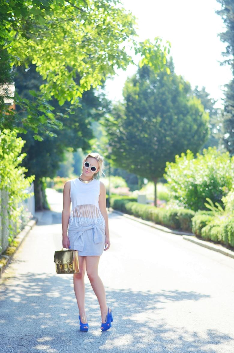 Outfit_Rock_Knoten_Fransen_Crop-Top_goldene_Tasche_blaue_Heels_runde_weiße_Sonnenbrille_ViktoriaSarina