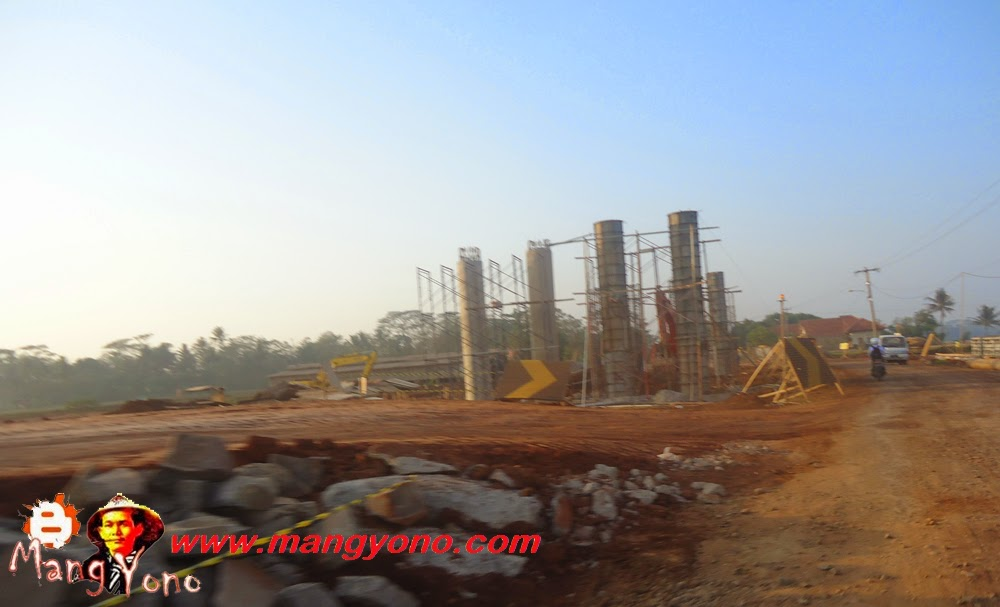 Asik Subang punya jalan tol. Ini pembuatan jembatan layang yang nantinya melintas diatas jalan tol. Poto jepretan Admin di daerah kampung Balingbing, desa Balingbing, Subang, Jawa Barat - Indonesia.