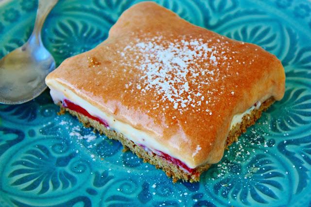 Erdbeer Vanillecreme Schnitten mit Rhabarber Curd