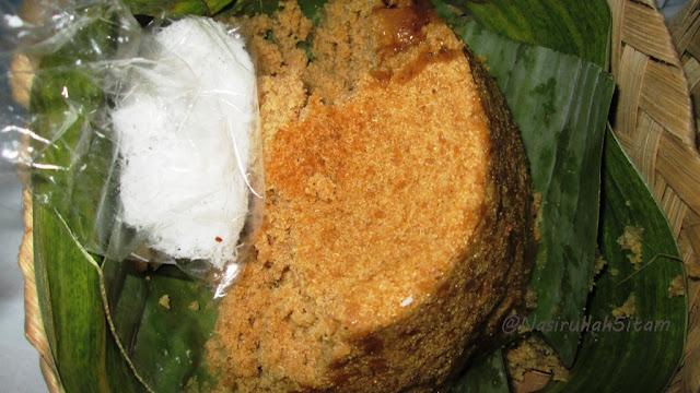 Tiwul dan taburan parutan kelapa