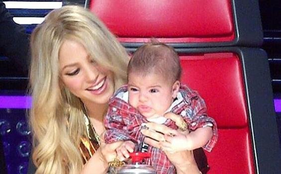 Tak Punya Baby Sitter, Pique dan Shakira Nikmati Momen Memandikan Bayi