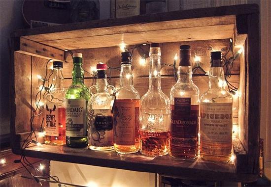 bar com caixote, nicho, bar, mini bar, luzes de Natal, garrafas