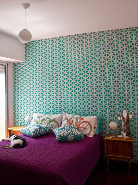 quarto de casal com papel de parede