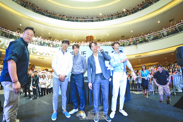 Last one group photo of CNBLUE before they heading to The Class Malaysia store Does YongHwa looks cute here??