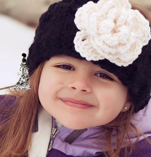 Gambar bayi cantik pakai bandana mawar putih