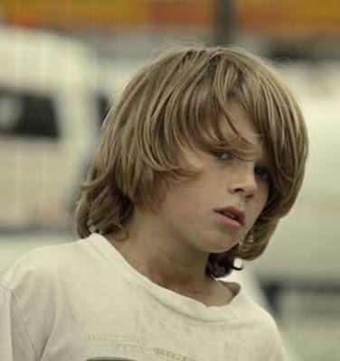 gaya rambut panjang dengan belahan samping untuk anak laki-laki 21489700