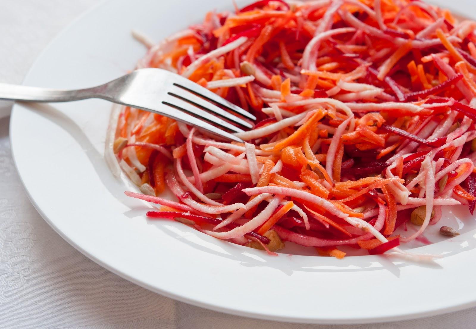 Зимна салата с червено цвекло, моркови и целина