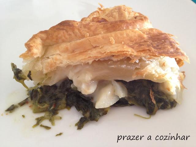 prazer a cozinhar - Folhado de bacalhau e camarão com espinafres e alho francês