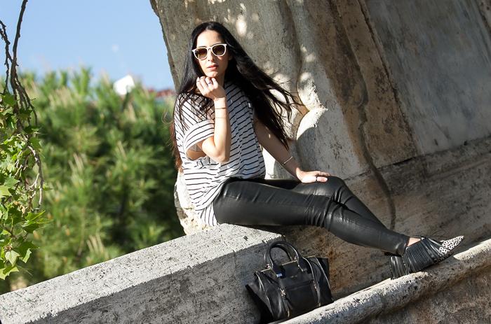 Blogger con Prendas de cuero tendencia leggins de piel de Muubaa
