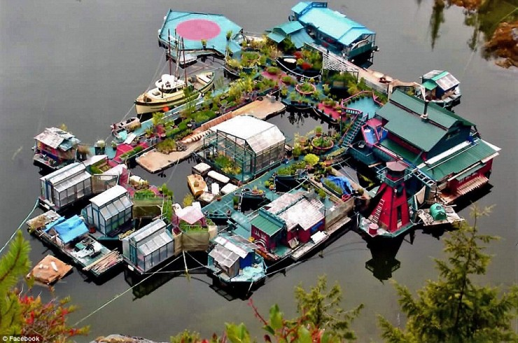 Pareja pasó 20 años construyendo una increíble isla flotante hogareña