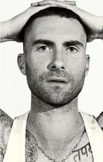 Adam Levine raspa o cabelo em ensaio (Foto: Getty Images)