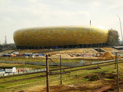Widok na pokrytą poliwęglanem część stadionu