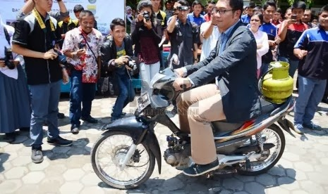 Aksi Unik Wali Kota Bandung Ridwan Kamil mencoba sepeda motor berbahan bakar elpiji