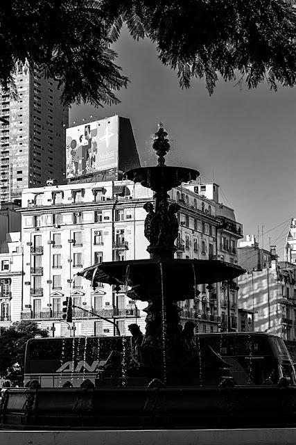 Fuente de agua en contraluz , foto blanco y negro.