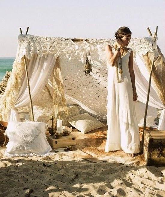 En una boda hippie,chic no pueden faltar los cojines para que sentarse cómodamente.