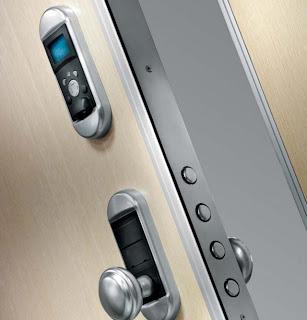 porta de segurança com fechadura activada por impressão digital