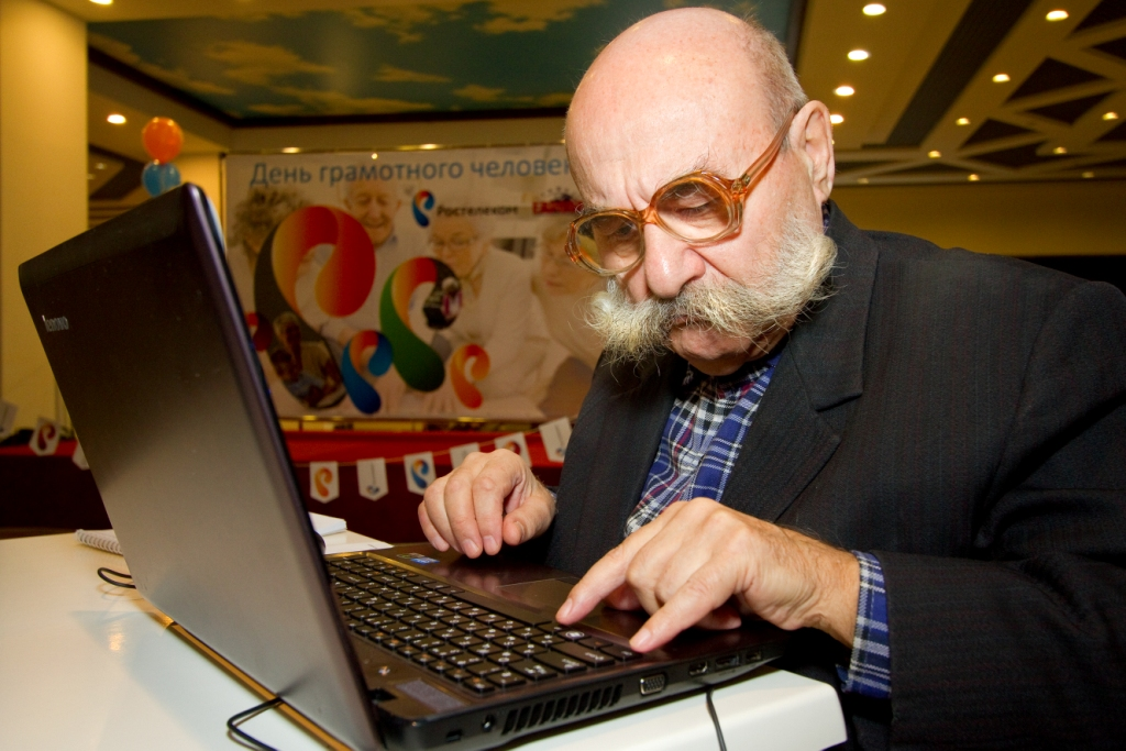 дед у компьютера