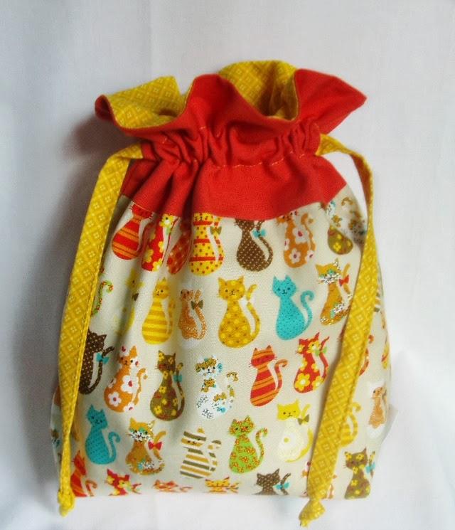 bolsita de tela con gatos de patchwork para danza o para merienda