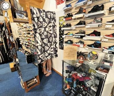 chicos pillados semi desnudos en tienda de zapatos y deportes