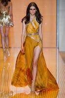 вечерна рокля с едно рамо и дълбока цепка, на Versace