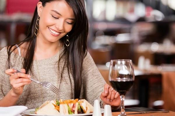 تصرفات وعادات خاطئة تجنبيها عند تناول الطعام لصحة ورشاقة أفضل