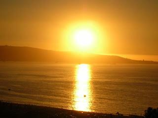 reflejo del sol sobre el mar