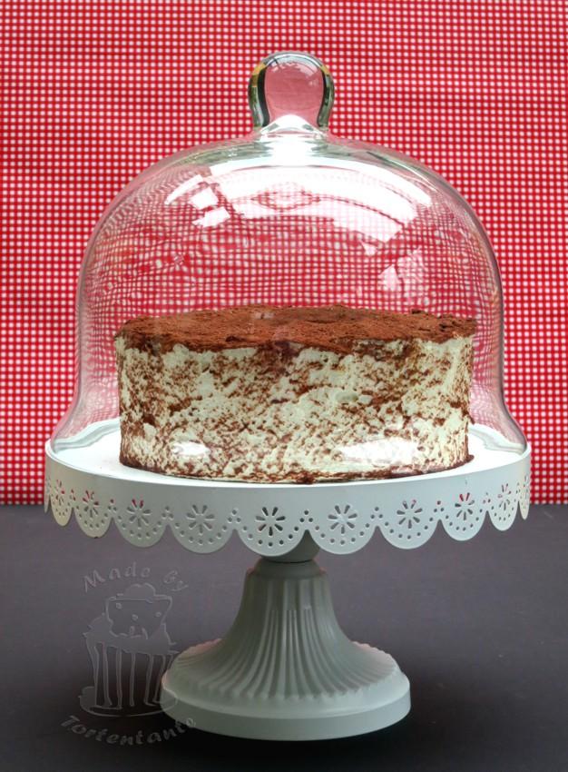 Tiramisu Torte unter Tortenglocke