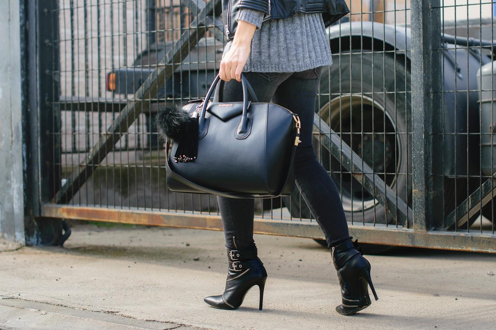 Look con chaqueta biker y botines de cremalleras de Zara